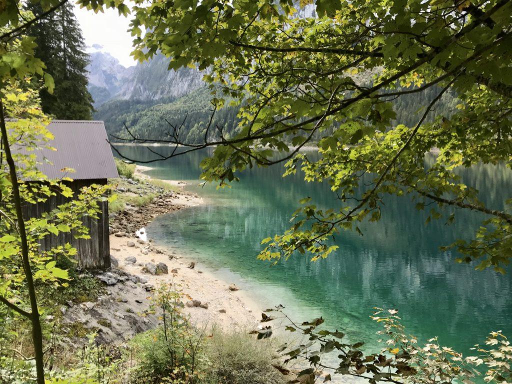 Naturwunder Österreich: Glasklares Wasser mit türkisgrüner Färbung, umgeben von den Bergen