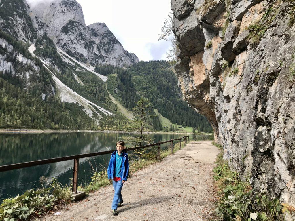 Gosausee wandern - rund um den Vorderen Gosausee führt dieser breite Wanderweg