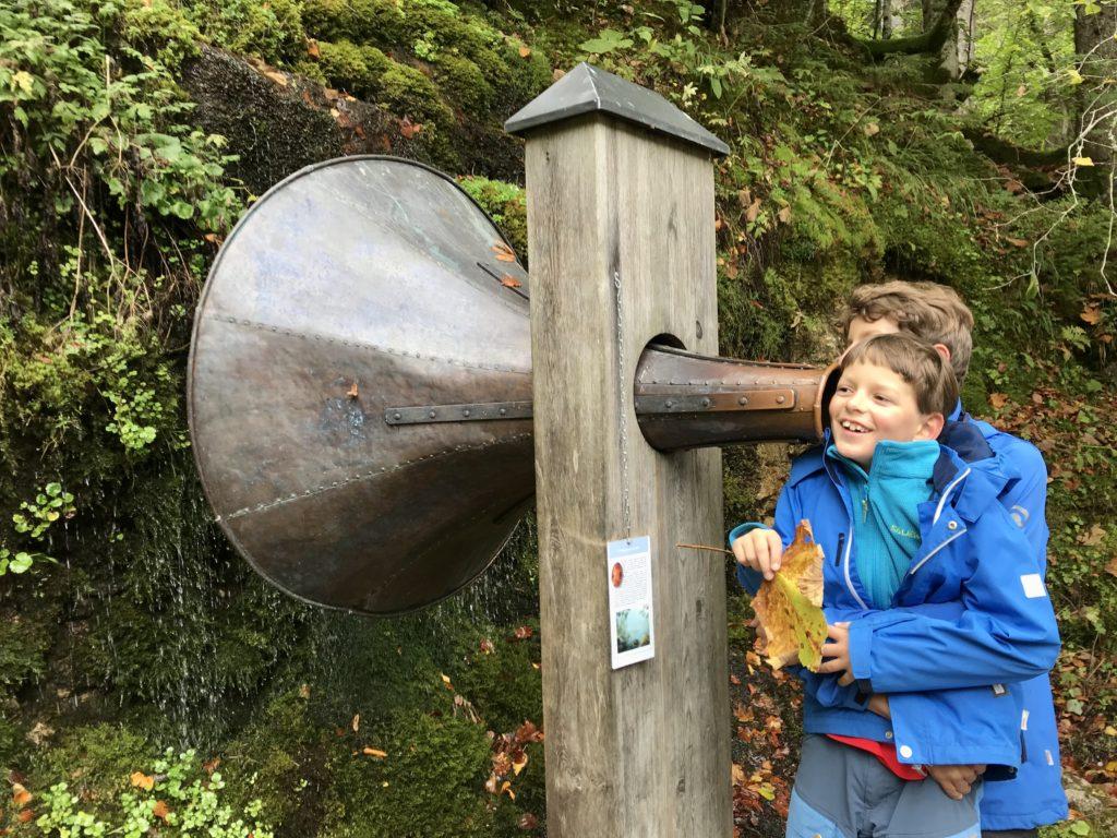 Gosausee wandern mit Kindern - hörst du das Wasser?