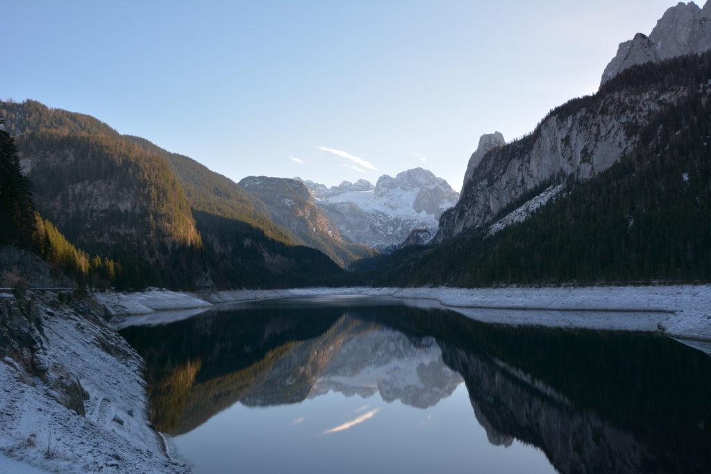 Vorderer Gosausee im Winter - das Dachstein spiegelt sich im Bergsee